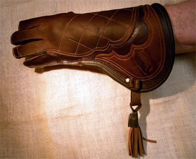 Habichthandschuh aus Fettleder und Elchledersattel